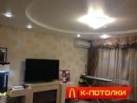 Двухуровневые натяжной потолок сочетание люстры и светильников