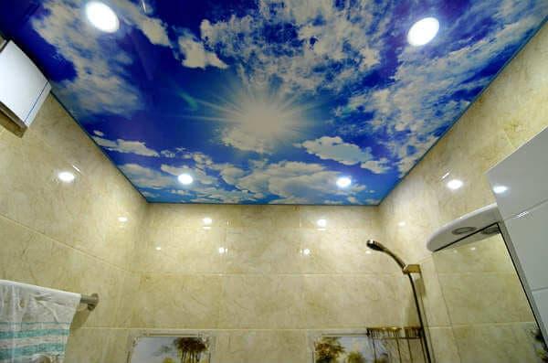 Натяжной потолок в ванной с фотопечатью: фото и варианты оформления | 397x600