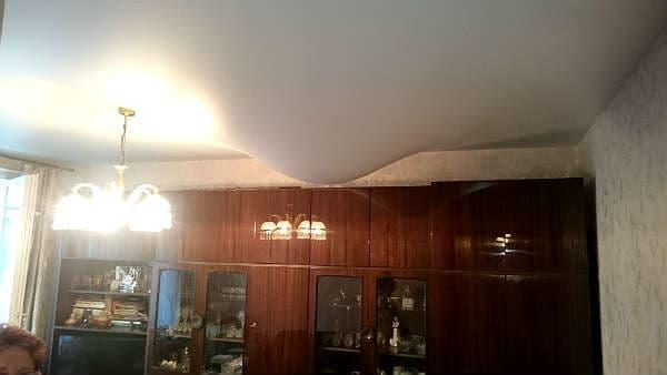 слить воду с натяжного потолка самостоятельно