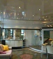 Натяжной потолок в кухни гостинной